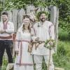 Novomanželé Ctirad s Radkou, v pozadí žrec Vítoslav