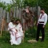 Nasazování nevěstina věnečku na žanichovu hůl